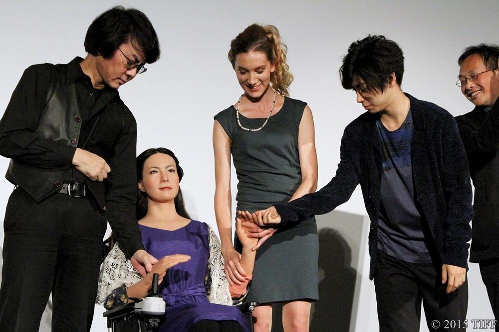 【写真】第28回 東京国際映画祭(TIFF) 映画『さようなら』舞台挨拶 (ジェミノイドFさんとふれあう登壇者の皆さん 「手の感触はちょっとやばいです(笑)」)