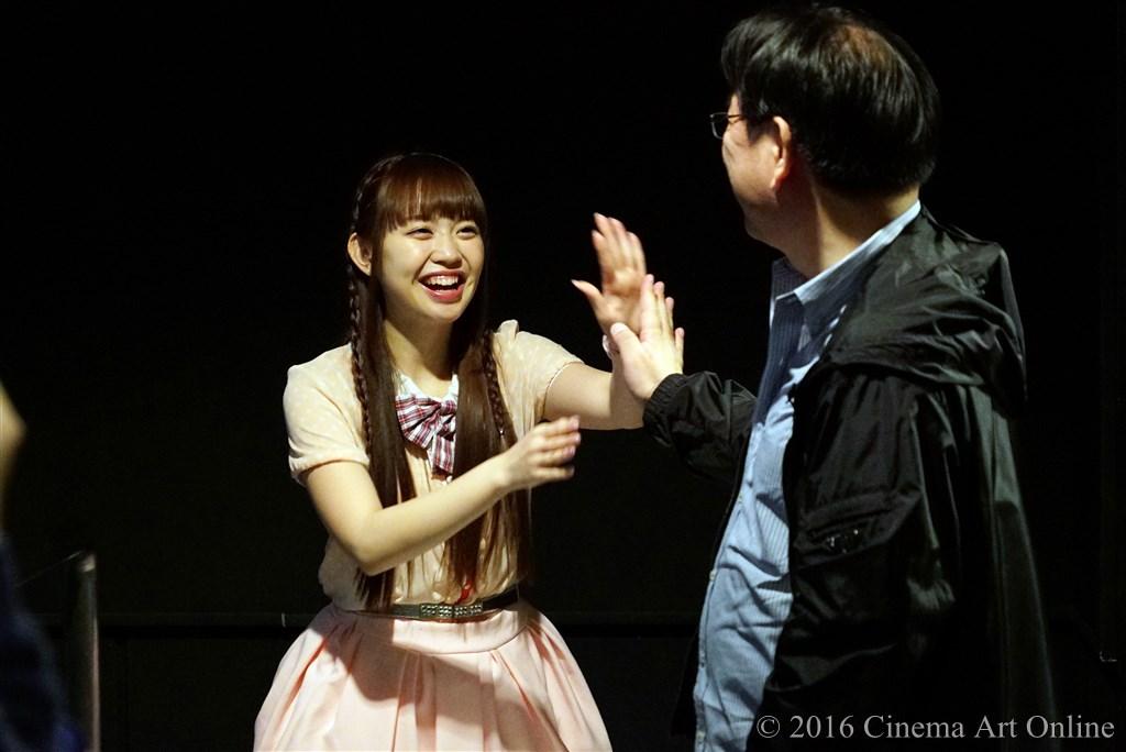 【写真】映画『みんな好いとうと♪』公開初日舞台挨拶 新木さくら(LinQ) によるハイタッチ握手会