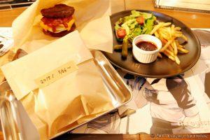 東京喰種CAFE 「本当にこれを食べるのか・・・?バーガー」