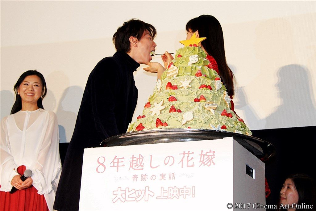 【写真】映画『8年越しの花嫁 奇跡の実話』公開初日舞台挨拶 クリスマスケーキ ファーストバイト