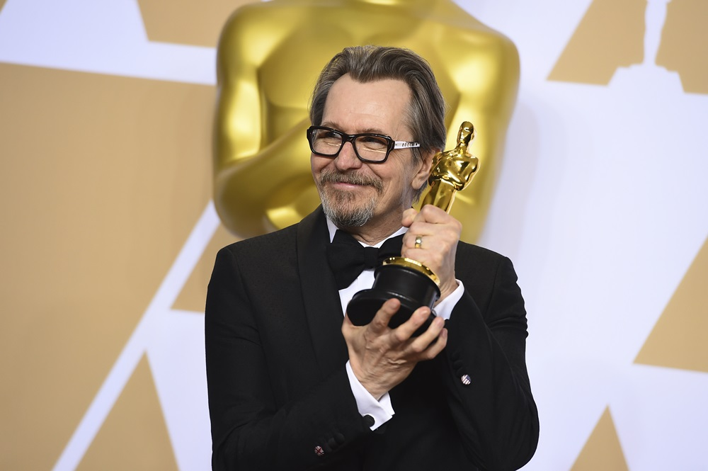 "【写真】Gary Oldman, winner of the award for best performance by an actor in a leading role for ""Darkest Hour"", poses in the press room at the Oscars on Sunday, March 4, 2018, at the Dolby Theatre in Los Angeles. (Photo by Jordan Strauss/Invision/AP)"
