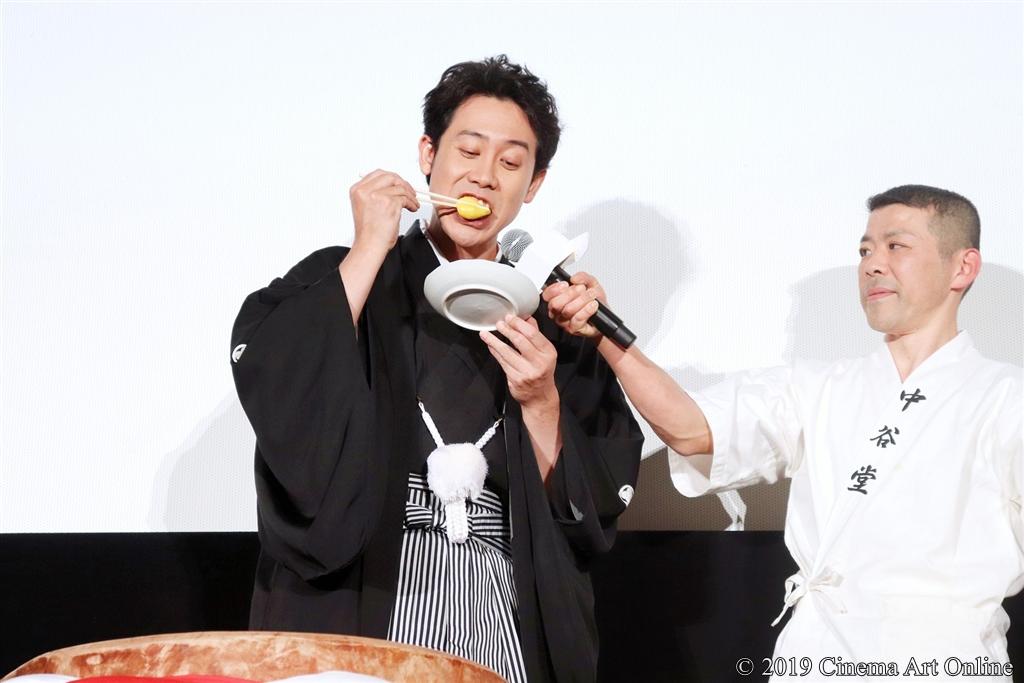 【写真】映画『こんな夜更けにバナナかよ 愛しき実話』大ヒット記念舞台挨拶 (大泉洋 バナナ餅を食す)