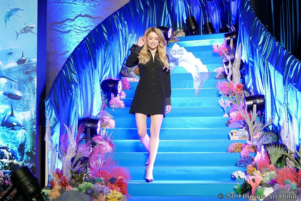 【写真】映画『アクアマン』アンバー・ハード来日スペシャルイベント (ブルーカーペット アンバー・ハード登場シーン3)