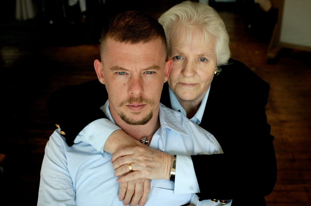 映画『マックイーン:モードの反逆児』(Alexander Mcqueen and his mother Joyce. Photo by Dan Chung)