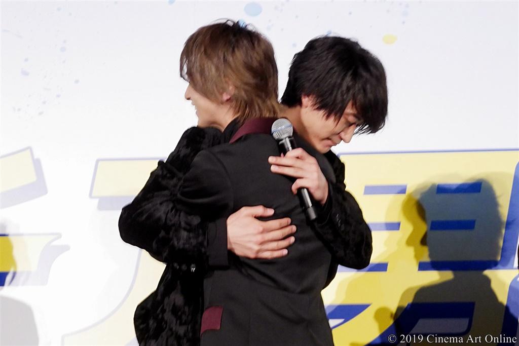 【写真】映画『チア男子!!』公開初日舞台挨拶 ハグシーン (浅香航大、横浜流星)