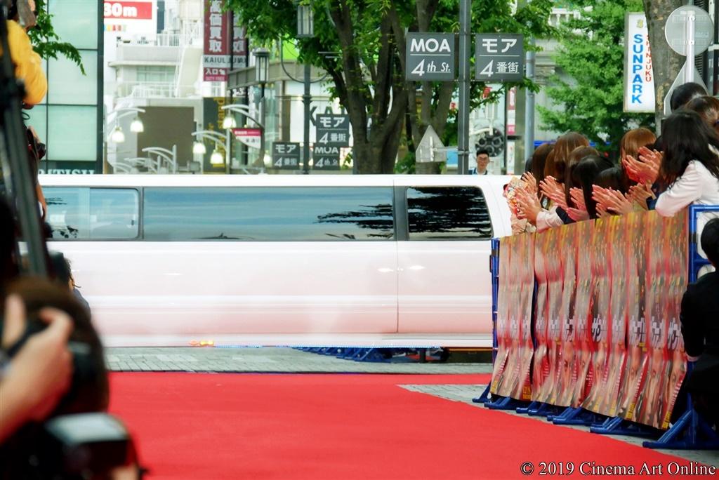 【写真】映画『ザ・ファブル』レッドカーペットイベント (リムジンで登場)