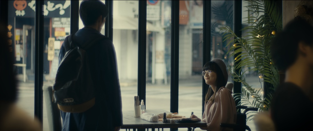 【画像】短編映画『Bon Voyage ボン・ ボヤージ 〜SMAの勇者、ここに誕⽣〜』場面カット (喫茶店シーン)